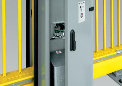 Der Antrieb im Pfosten ist vor mechanischen Beschädigungen, ungünstiger Witterung sowie vor dem Zutritt unbefugter Personen abgesichert.