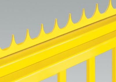 Scharfkantiger Abschluss in Gestalt eines Stahlkamms kann man auf der oberen Kante des Torflügels montieren.