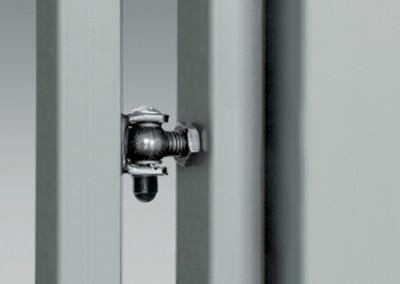 Scharniere im U-Profil am Pfosten montiert – ermöglichen die Montage der Pforte an Stahl- oder Betonpfosten.